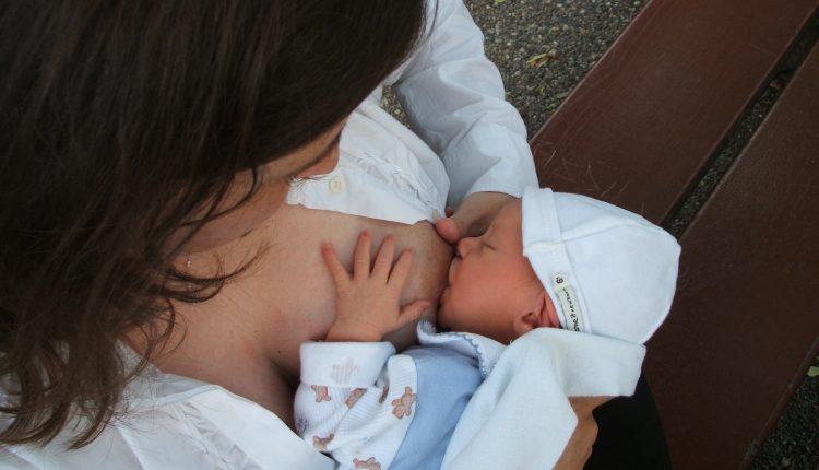 Pozitionarea bebelusului pentru o alaptare corecta